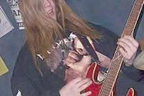 Martin Musil zvaný Mates hraje v nové skupině Hellstrike na kytaru a zpívá.