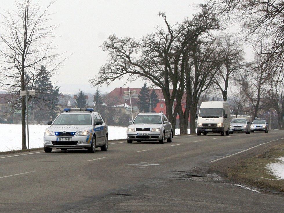 Drogy připutovaly do vyškovské spalovny z Brna v policejní dodávce, z obou stran doprovázené několika policejními auty.