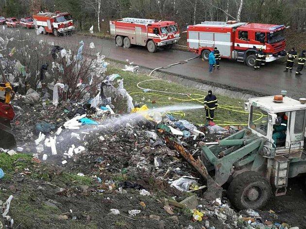V Kozlanech na Vyškovsku hoří již druhým dnem skládka komunálního odpadu. Ve vybagrovaných sondážních jámách se měří teplota pomocí termokamery.