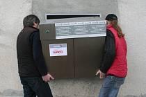 Výrobce babyboxu Zdeněk Juřica v pátek nainstaloval za asistence pomocníků schránku nalevo od vrátnice vyškovské nemocnice.