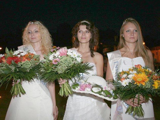 Vítězky soutěže Miss Charme - zleva druhá Vicemiss Eva Levíčková, Miss Charme 2008 Klára Svobodová, první Vicemiss Nikol Pípová