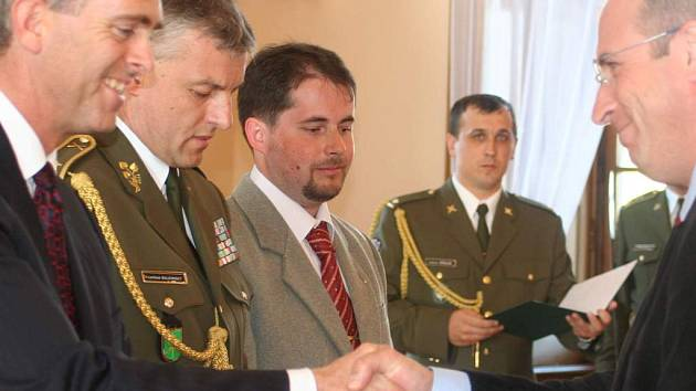 Slavnostní ceremoniál. Absolventi kurzu civilního personálu NATO před jejich vysláním do vojenských misí na slavnostním ceremoniálu v prostorách slavkovského zámku dostali certifikáty.