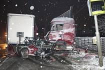 Ve Slavkově u Brna havaroval kamion do protihlukových zábran. Vyprošťování provádí hasiči spolu se specializovanou firmou od půlnoci až do dopoledních hodin.