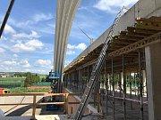 Stavba nového zimního stadionu ve Vyškově. Dělníci namontovali první oblouky.