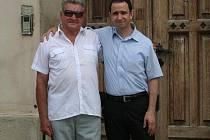 Neil Pike, člen Židovské kongregace v Nottinghamu s Miloslavem Honkem, bývalým starostou Slavkova u Brna a otcem myšlenky muzea v židovské škole.