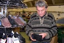 Snovídecký švec Josef Hanák šije zdravotní obuv už přes dvanáct let.