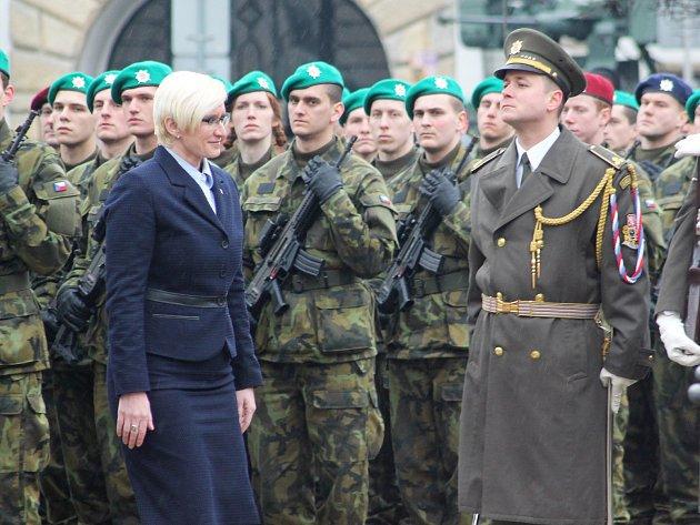 Před slavnostní přísahou si lidé na Masarykově náměstí ve Vyškově prohlédli několik armádních vozidel. Součástí akce byla například i ukázka první pomoci.