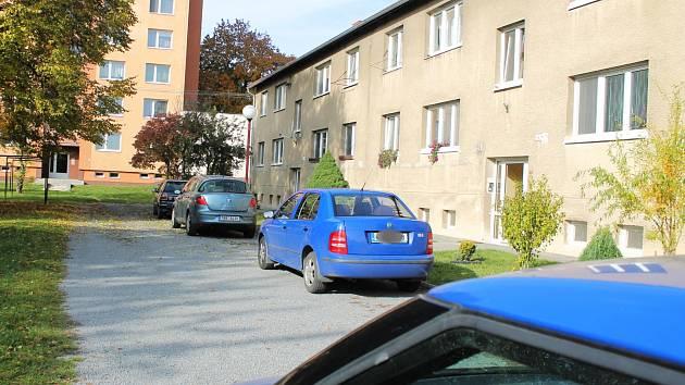 Parkovací stání obyvatelům Sídliště Víta Nejedlého často zabírají rekruti.
