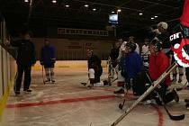 S blížícím se zahájením mistrovských bojů v krajské hokejové lize stoupá napětí i v kabině vyškovského nováčka. Na úterním tréninku všichni hráči pozorně sledovali trenéra Zdeňka Valoška. Ten věří, že jeho taktiku  v sobotu prosadí na ledě.