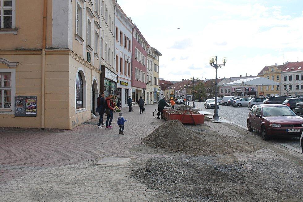 Pokles tržeb, špinavé prodejny i vyšší náklady. Na to si momentálně stěžují obchodníci z vyškovské Sušilovy ulice, která se nachází v centru města. Kvůli rekonstrukci Masarykova náměstí a okolních ulic se k nim už měsíce zákazníkům nechce.