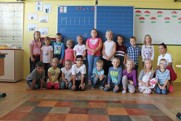 Žáci 1.B ze Základní školy 710vBučovicích spaní učitelkou Petrou Kalábovou.
