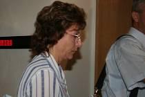 Dana Smutníková vchází do soudní síně.