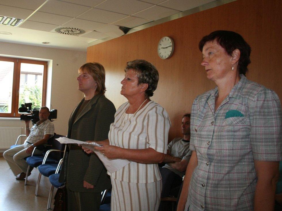 Svědkové, uprostřed ředitelka vyškovské nemocnice Věra Seidlová.