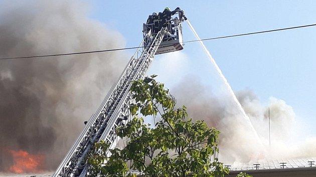 V Drnovicích hoří kulturní dům. S plameny bojuje čtrnáct hasičských jednotek