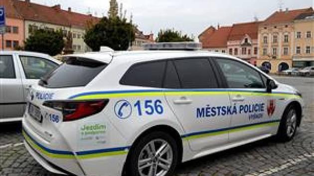V novém služebním autě v hybridní variantě jezdí městští policisté ve Vyškově.