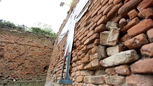 Poničené zámecké zdi získají svou původní barokní podobu.