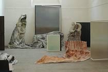 Ve hřbitovní kapli Panny Marie ve Vyškově probíhá výstava Barbory Kachlíkové a Anssi Uusnäkkiho na téma Site-specific díla.