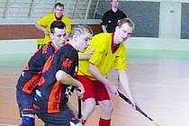 Ivanovický David Dengler (ve žlutém) se snaží přelstít hned dvojici boskovických protihráčů.