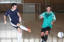 Futsalista vyškovského Amoru (v modrém) pálí na branku.