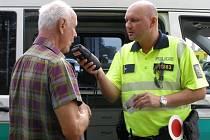 Policie v úterý kontrolovala v Hodoníně řidiče. Kdo před jízdou nepožil alkohol, dostal nealkoholické pivo.