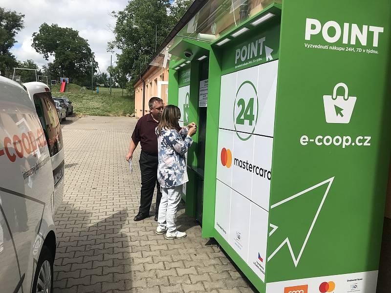 Otevření výdejního boxu s potravinami v Medlovicích.