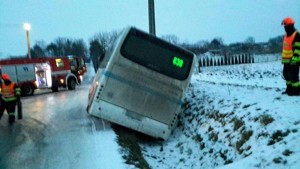 V Hodějicích na Vyškovsku sjel autobus do příkopu, tam se havárie obešla bez zranění.