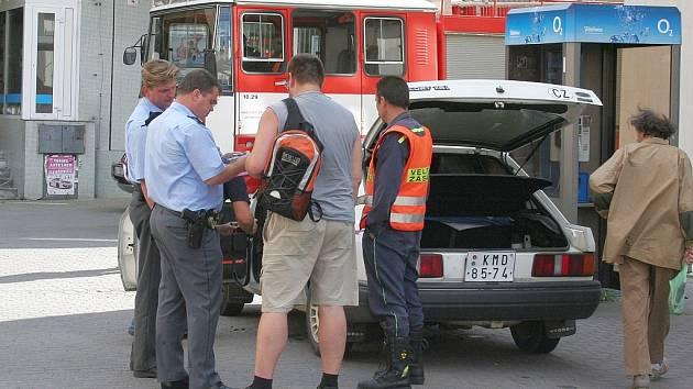 Policisté vyšetřují požár auta v Dobrovského ulici ve Vyškově