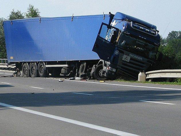 Na dálničním převaděči v Holubicích se srazil kamion s osobním autem. Dva lidé nehodu nepřežili.