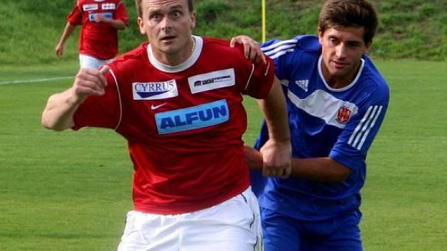 Fotbalista Vyškova Miloš Kropáček (v červeném).