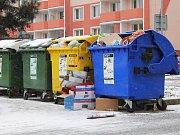Přeplněné kontejnery.