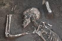 NEČEKANÝ OBJEV. V průmyslové zóně Nouzka II archeologové vykopali další kostru z doby bronzové. Archeolog Jiří Kala ji opatrně čistí od zeminy štětcem.