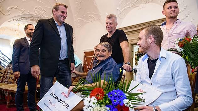 Trojici vybrala na základě návrhů místních porota. Rozdělili mezi ně čtvrt milionu korun.