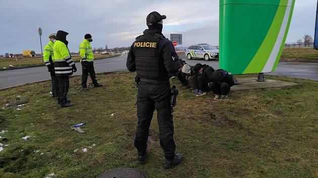 Trojice nelegálních migrantů z Libye skončila minulý týden v obci Velešovice zadržená policisty po upozornění místních. Ilustrační foto.