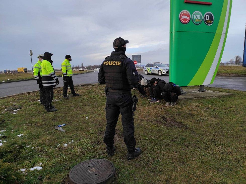 Policisté objevili v nákladovém prostoru kamionu, který zastavil na čerpací stanici na D46 u Vyškova, šest migrantů.