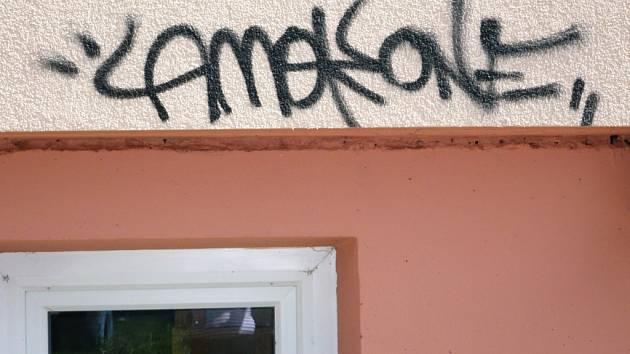 Sprejeři ničí fasády domů ve Vyškově.