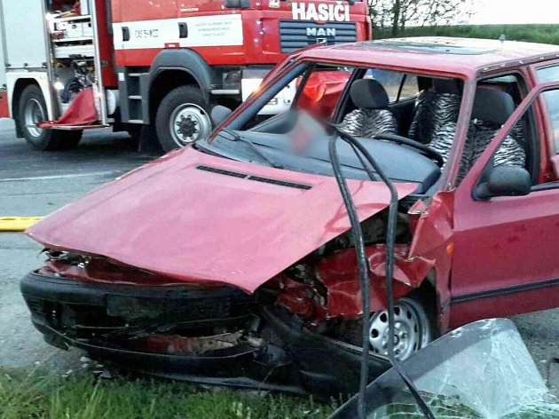 Dvě středně těžká a dvě lehká zranění. Přes hodinu zavřená silnice I/50. To je výsledek pondělní nehody, která se stala před půl devátou večer na křižovatce mezi obcí Letonice a bučovickou místní částí Marefy.