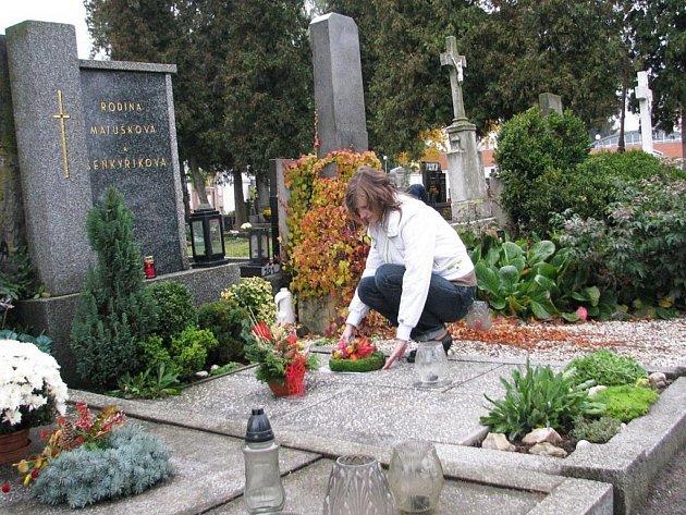 DUŠIČKY SE BLÍŽÍ. Při příležitosti Památky zesnulých lidé čistí a zdobí hroby svých blízkých, se zapálením svíčky jim věnují vzpomínku. Nejinak tomu bylo včera třeba na vyškovském hřbitově.