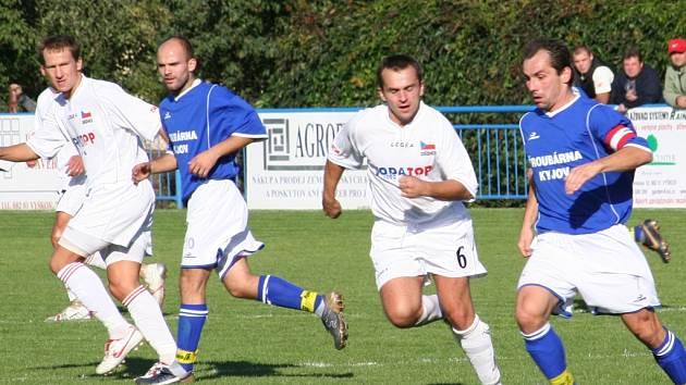 Jedním z hlavních rivalů dědických fotbalistů (v bílém) je tým Šardic. V tomto podzimním utkání je Sokol v domácím prostředí porazil. Jejich souboj bude jistě klíčový i na jaře.