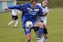 Pohoda se vrací na kopačky kanonýra Martina Ličky (v modrém). Pelhřimovští ho neudrželi, dal dva góly.