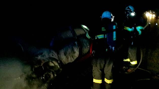 U Nesovic hořelo ve středu večer osobní auto.