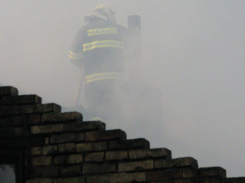 Hasiči svádějí boj s plameny v Černčíně