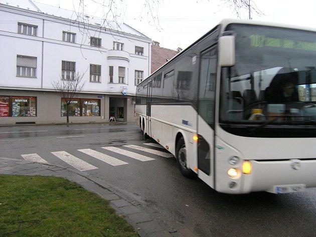 Autobusy v Rousínově zastavují na náměstí. To by se mělo v budoucnu změnit.