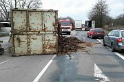 Převrácené nákladní auto ve Slavkově u Brna. V ulici Československé armády se z přívěsu vysypal náklad kůry.