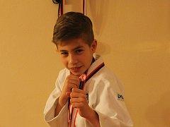 Devítiletý Adam Kaňa se věnuje brazilskému ju-jitsu. Stěžejní je dostat protivníka na žíněnku a nasadit mu nějakou páku. Důležitou složkou ju-jitsu jsou i cílené údery a kopy za účelem protivníkova ochromení.