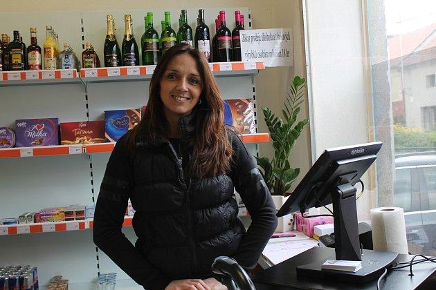 Zasloužil by metál. Tak hodnotí důchodce Arnošt Bruzda krok rodáka zHamilton Milana Pospíšila, který nově provozuje obchod spotravinami. Prodejny na vesnicích přitom už dávno vytlačují velké obchodní domy.