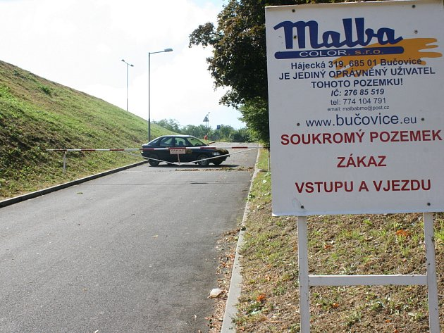 Příjezdová cesta ke koupališti v Bučovicích.