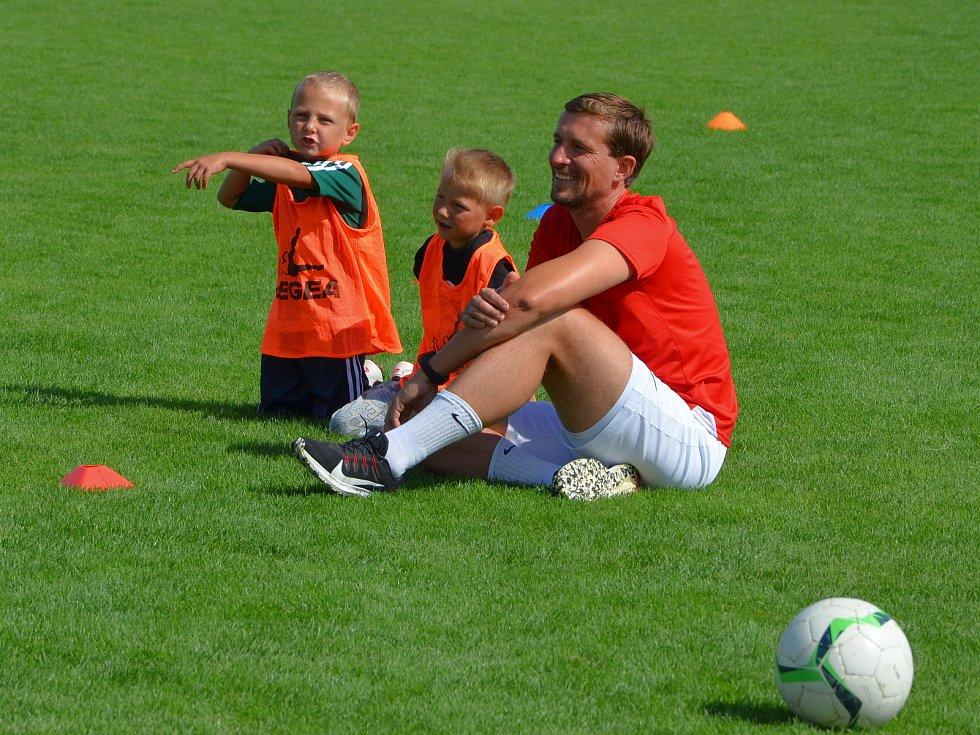 Fotbalistům TJ Komořany se daří rozšiřovat  vlastní mládežnickou základnu. Vpravo trenér David Petr.