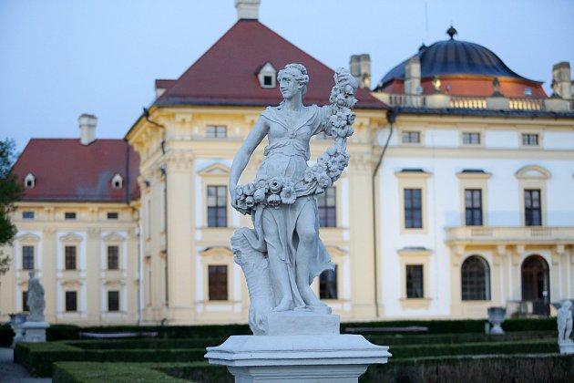 Vzámeckém parku ve Slavkově uBrna pokračují restaurátorské práce na barokních sochách, které byly vytvořeny před třemi staletími.