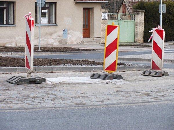 Znového kruhového objezdu ve vyškovské místní části Dědice se už uvolňují kostky. Podle dodavatele stavby jsou na vině těžká nákladní auta. Odborníci ale mají jiný názor.