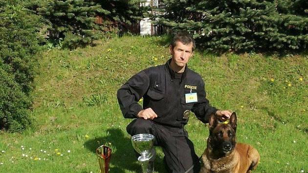 Policejní pes Quirinus vyčenichal zloděje. Skrýval se v rákosí